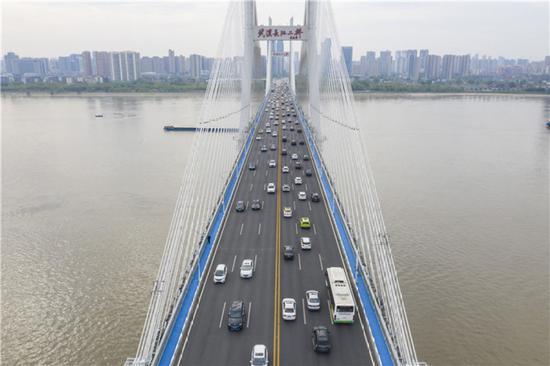 4月14日,武汉长江二桥上车流如织(无人机照片)。新华社记者 才扬 摄
