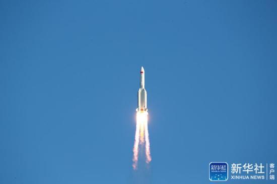 """↑5月5日,为我国载人空间站工程研制的长征五号B运载火箭在海南文昌首飞成功,正式拉开我国载人航天工程""""第三步""""任务的序幕。新华社发(屠海超 摄)"""