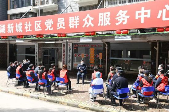 △3月10日,习近平来到武汉东湖新城社区党群服务中心,同社区工作者、基层民警、卫生服务站医生、下沉干部、志愿者等亲切交流。