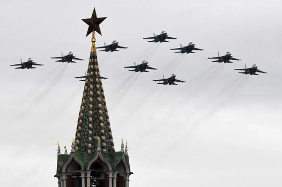 5月9日,俄罗斯莫斯科搏斗胜利日空中阅兵。图:新华社 <p cms-style=
