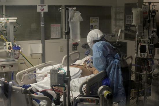 2020年4月24日,在美国华盛顿州西雅图,一名护士在ICU病房护理新冠患者。(新华社/路透)
