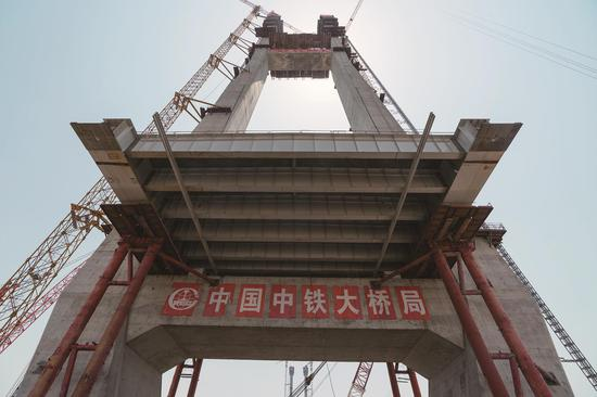 4月29日,赤壁长江大桥两座主塔封顶 新华社资料图片