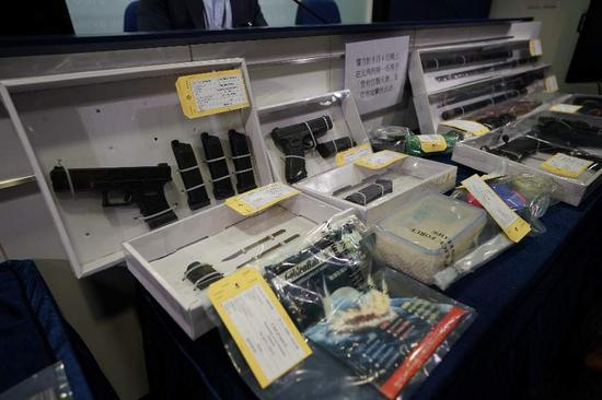 9月5日,香港警方展示查获的攻击性武器。
