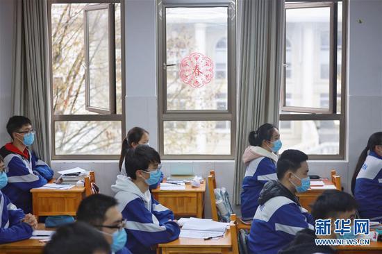 3月16日,贵阳市第六中学高三学生在开学复课后的课堂上。新华社记者 欧东衢 摄