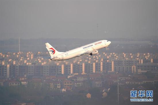 4月8日,武汉天河国际机场首架出港航班起飞。4月8日零时起,武汉市正式解除离汉离鄂通道管控措施,有序恢复对外交通。 新华社发(邵子扬 摄)