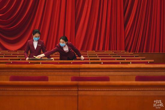 △主席台上的整理工作。(总台央视记者彭汉明拍摄)