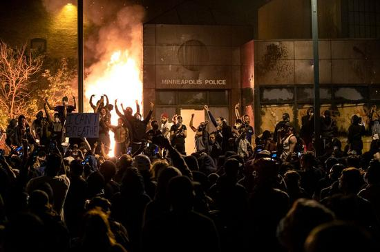弗洛伊德死后,抗议者火烧当地警察局。(美联社)