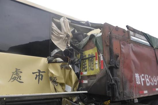 浙江丽水一大客车追尾重型货车 已致1死17伤