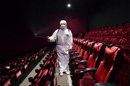 电影院消毒。图片来源:视觉中国