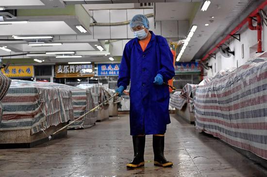 特吉特菜市场,工作人员正对市场进行全面消杀。