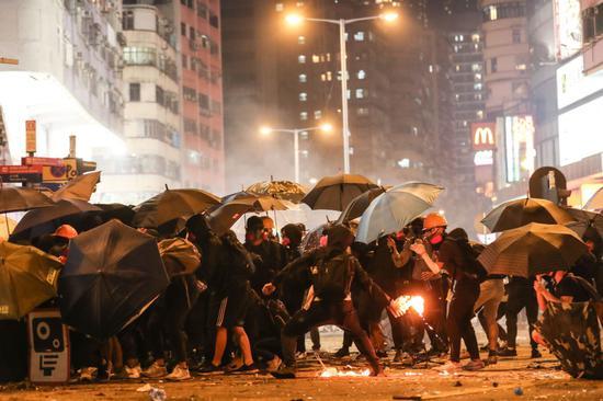 香港示威者在街头参与暴力活动