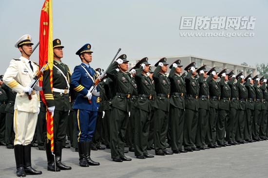 换发07式预备役军服的预备役部队官兵。