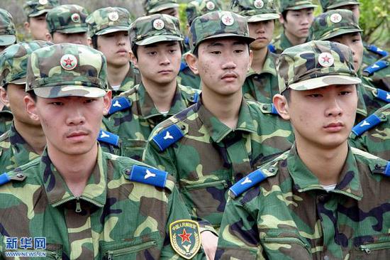 穿着林地迷彩作训服的空军预备役部队。