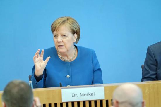 △德国总理默克尔3月11日在柏林出席介绍疫情答对的记者会。中新社记者 彭大伟 摄