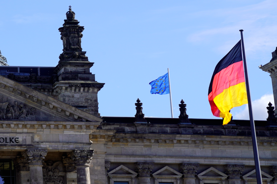 △柏林德国国会大厦上飘动的欧盟旗和德国国旗。中新社记者 彭大伟 摄