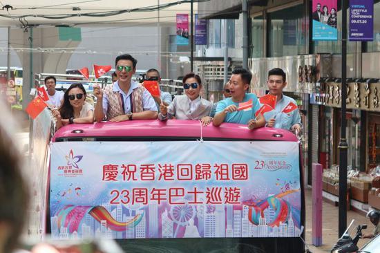 图为:邝美云、钟镇涛、霍启刚及香港兵乓球队等一多香港著名人士乘坐巴士花车