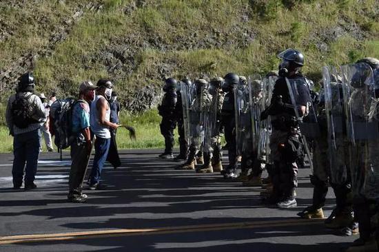 """特朗普造访""""总统山"""",十余名示威者被捕"""