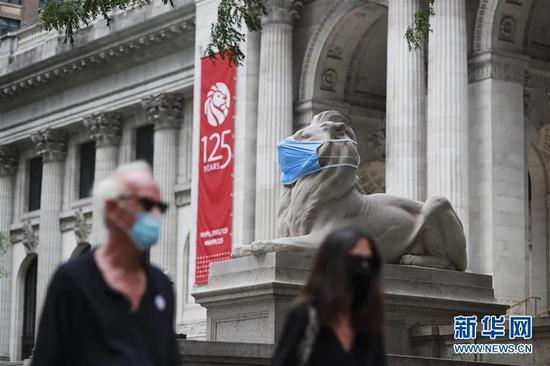 """▲这是7月8日在美国纽约公共图书馆前拍摄的""""戴""""口罩的石狮子。新华社记者 王迎 摄"""