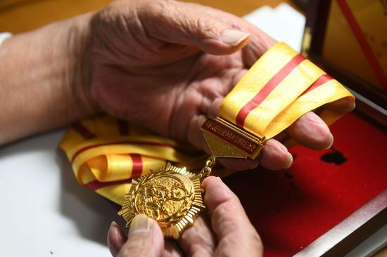 手捧抗制服利70周年祝贺章,去事历历在现在。