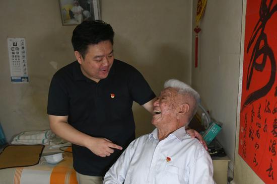 孙子张林2008年入党,不论是生活中依旧入党的道路上,都成为张守中的益帮手。