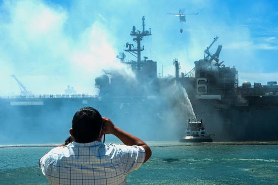 为了熄灭浇注了大量的海水,军舰展现侧倾