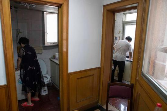 郭希宽夫妻俩各自忙活着家务,帮忙照顾姚策一家的起居。