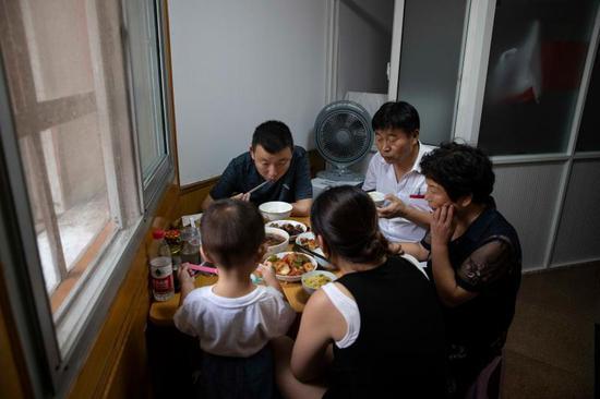 饭桌上的一家人。