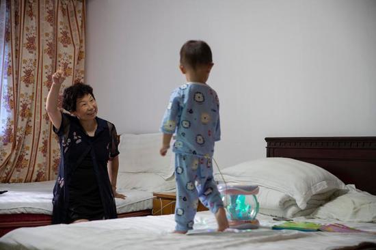 姚策生母同样患有肝癌,刚相认的奶奶在给孙子唱儿歌。