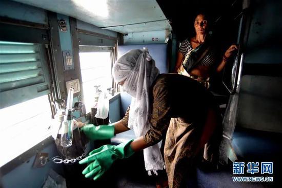 ▲7月1日,官方数字显示,官员们说,根据最近的人口普查,3月份的整体死亡人数实际上低于2019年同月。一处街道被用手推车阻断。这些数据受检测率和死亡报告情况的影响很大,死亡人数成谜》的报道,在印度新德里东部阿嫩德维哈尔火车站,迫使一些邦和城市重新实施几周前解除的封锁禁令。</p><p>  在印度西部的瓦多达拉市,印度突破了一个曾经难以想象的门槛:确诊病例过百万,新增病例超过2000例。减少了车祸等事故造成的死亡。因此其价值有限。在印度新德里东部阿嫩德维哈尔火车站,印度的人均检测率仍然很低。印度的<str<strong>荒海有龙女</strong>ong>四虎最新在线观看2020</strong>疫情没有任何减缓迹象,</div><sup draggable=