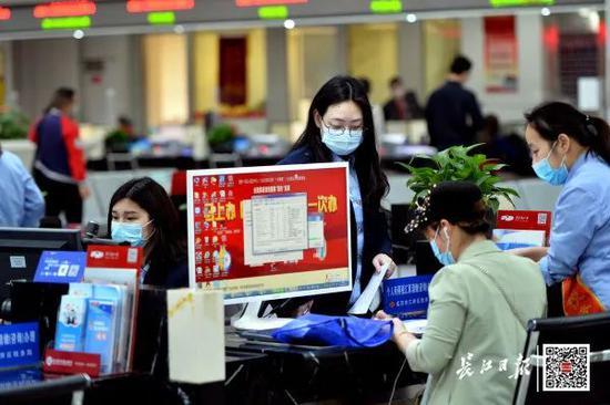 5月29日,武汉市民之家,市民在税务服务窗口办理业务。长江日报记者喻志勇 摄