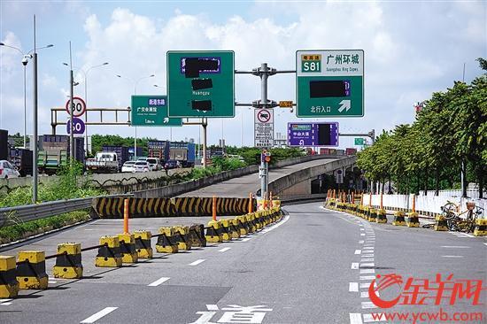 环城高速通往黄埔大道匝道指示牌已设置好,但把通往黄埔大道的信息给遮住了 羊城晚报全媒体记者 黄巍俊 摄