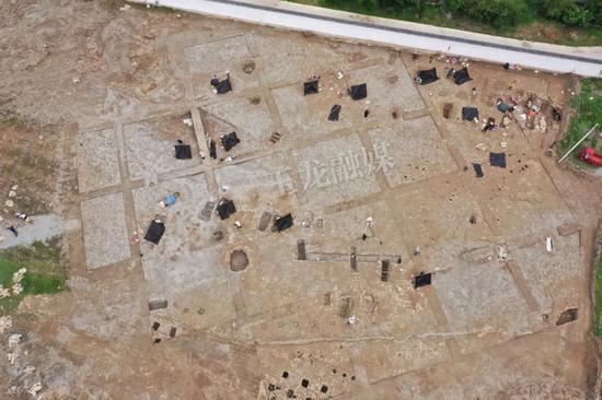 云南丽江一初中球场发现3000平方米千年古墓,分析判断为春秋