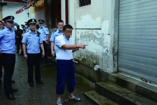 ↑2020年6月5日,將樂縣公安局民警押解犯罪嫌疑人指認現場。