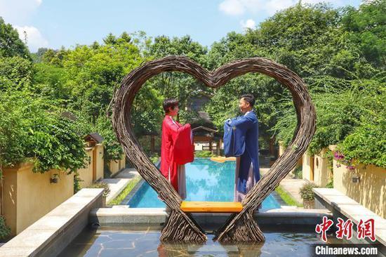 资料图: 穿汉服的夫妻游客在惠州龙门地派温泉留影 李星凯 摄