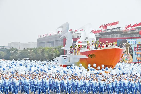 """2019年10月1日上午,庆祝中华人民共和国成立70周年大会在北京天安门广场隆重举行。这是群众游行中的""""扬帆远航""""方阵。 新华社记者 李欣/摄"""