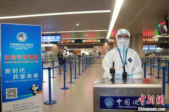 14条专用通道中,有8条位于浦东国际机场2号航站楼边检入境大厅。 上海机场边检站供图