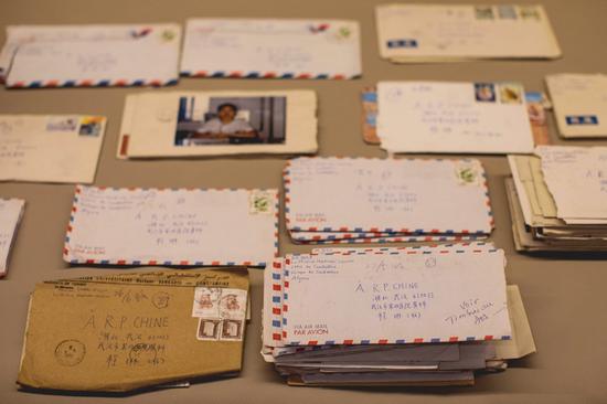 张定宇院长与妻子之间的120众封书信。图片来源:央视音信。