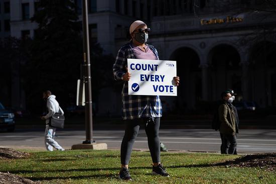"""当地时间2020年11月4日,美国密歇根州底特律,人们上街头参添抗议示威游走,请求""""清点每一张选票""""。 人民视觉 图"""