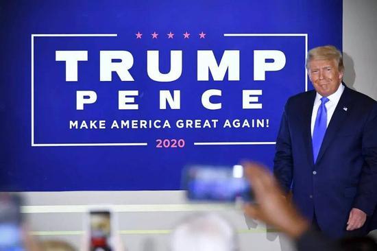 """(4日早晨2时,特朗普在白宫举走的一次运动中,称相符法计票为""""吾们国家的宏大欺骗事件""""。图/AFP/Getty)"""