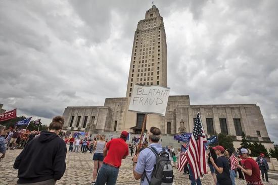特朗普声援者在路易斯安那州巴吞鲁日示威。图源:推特