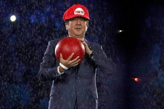 """里约奥运会终结式上,在""""日本8分钟""""以""""超级马里奥""""现象亮相的安倍。"""