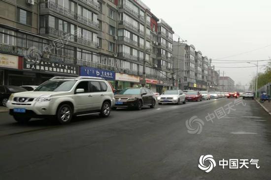 今晨呼和浩特市展现大雾,能见度较差影响交通。(图/田艳芳)