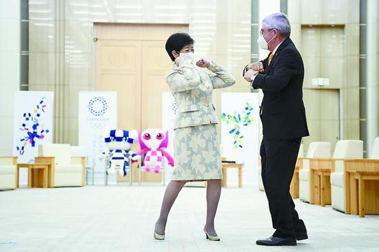 16日,国际奥委会主席巴赫访日,与东京都知事幼池百相符子举走座谈。