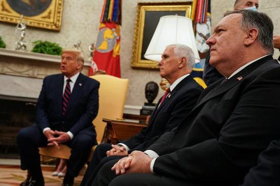 ↑特朗普与彭斯、蓬佩奥在白宫图据《纽约时报》