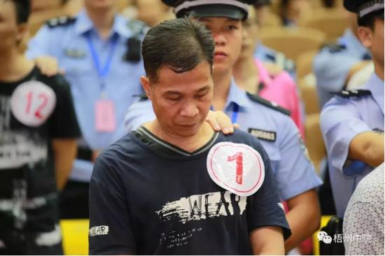 """广西梧州""""黑老大""""张树辉在法庭受审。(图:梧州中院微信公众号)"""