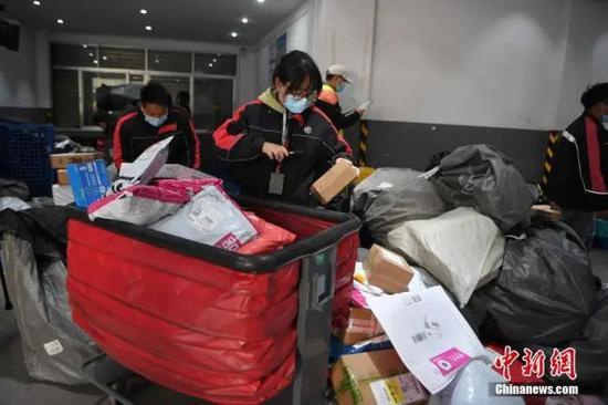 资料图:11月12日,云南昆明,快递网点员工正在忙碌。中新社记者 刘冉阳 摄
