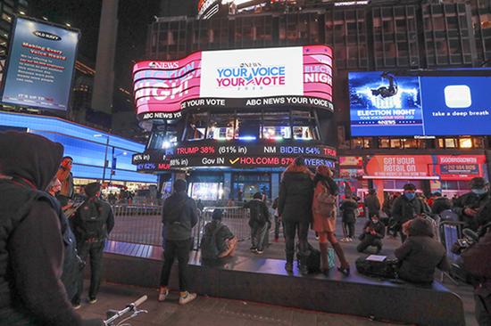 2020年11月3日,纽约时报广场上的电子屏幕表现美国大选实时计票效果。图 新华社