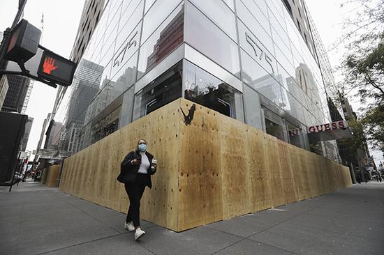 11月1日,在美国纽约第五大道,由于担心发生骚乱带来损失,不少商店和写字楼开始加强防护和安保。图|新华社