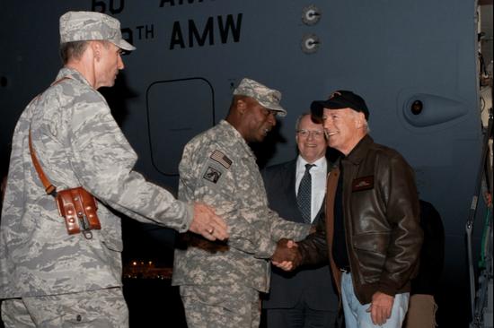 ·2011年,时任副总统的拜登与驻伊美军最高指挥官奥斯汀握手。
