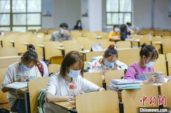 资料图:学生在图书馆自习室内学习。 刘宵华 摄